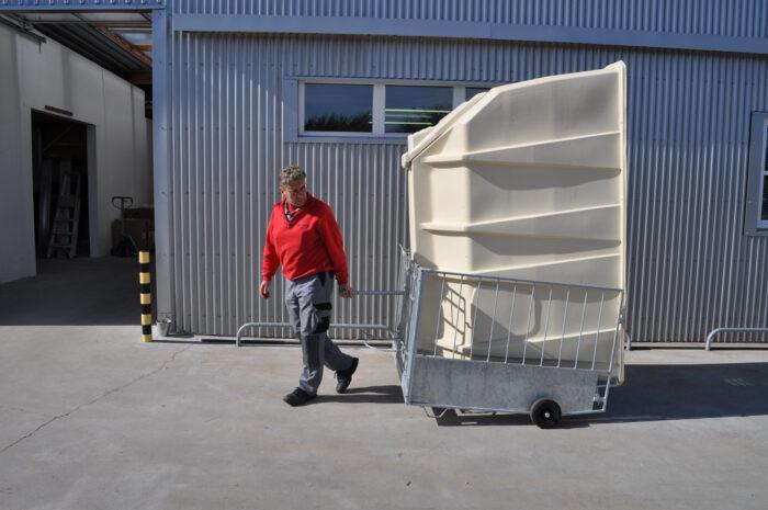Transport der in den FlexyFence gekippten Kälberhütte mit Hilfe von zwei angebauten Rädern am FlexyFence