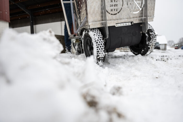 Auf diesem Foto wird ein MilchTaxi über Schnee und Eis gefahren.