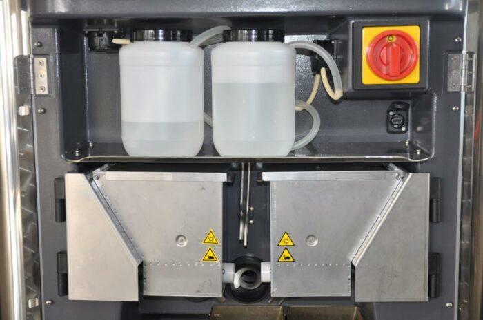 Auf diesem Foto sind die Pulver- und Flüssigdosierer im CalfExpert zu sehen.