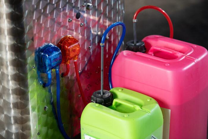 Dieses Foto zeigt zwei an den CalfExpert angeschlossene Behälter für Reinigungsmittel.