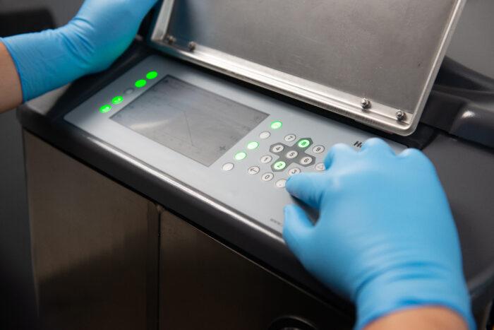 Auf diesem Bild ist die Bedienung der SmartKeys am CalfExpert mit Handschuhen zu sehen.